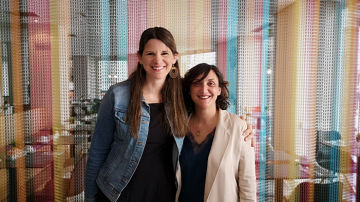 Janell B. Hofmann (izquierda) junto a María Zabala.