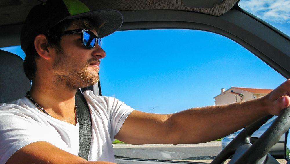 Conductor con gafas de sol
