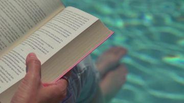 Leer en la piscina
