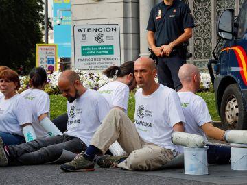 Activistas de Greenpeace cortan accesos al tráfico en Madrid
