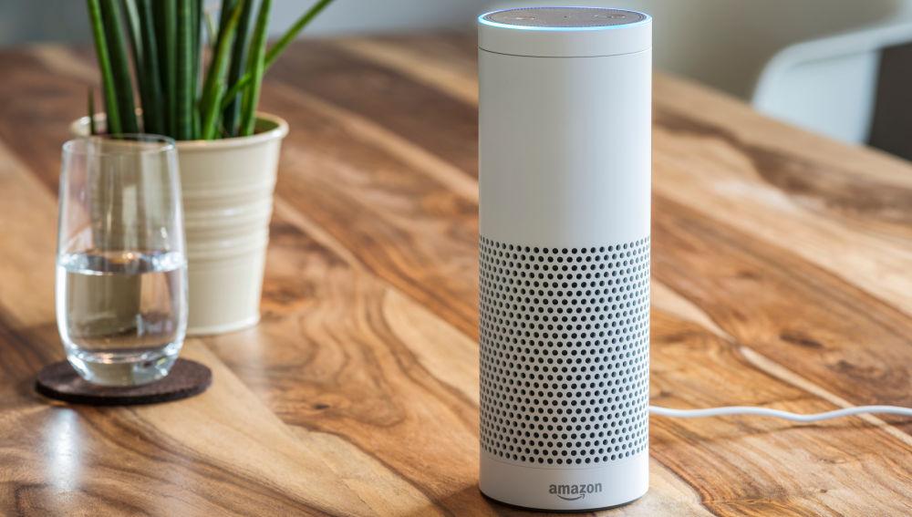 Todo lo que interacciones con Alexa queda guardado, y la compañía lo comparte con terceros.