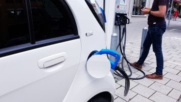 Un coche eléctrico en recarga