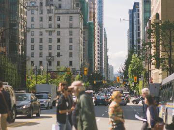 Peatones circulando por ciudad