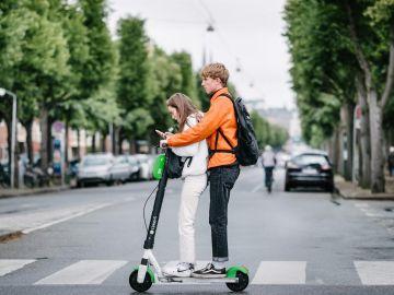Diseñan asfalto inteligente que aumenta la seguridad de patinetes eléctricos