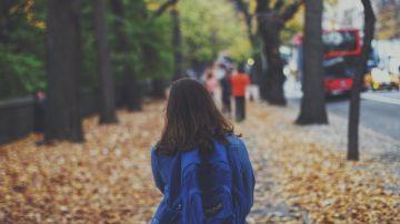 Niña caminando a la escuela