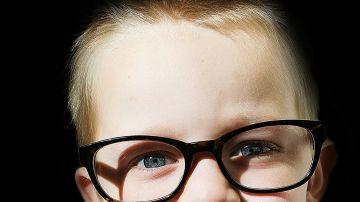 Niño con gafas