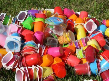 Basura plástico de un solo uso