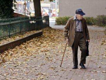 Persona mayor paseando por la ciudad