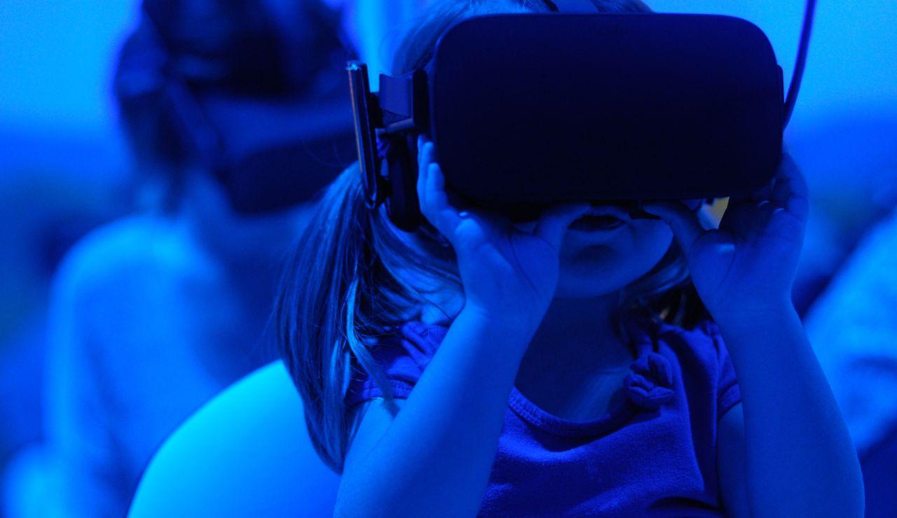 Una niña con unas gafas de realidad virtual.