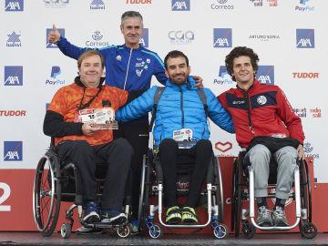 Los ganadores de la categoría de HandBike en el podio de la 11 ª Carrera Ponle Freno de Madrid