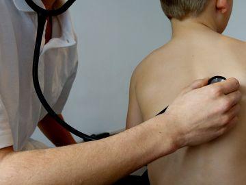 Pediatra con fonendoscopio