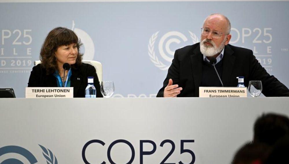 El vicepresidente ejecutivo de la Comisión Europea, Frans Timmermans y la asesora medioambiental Terhi Lehtonen
