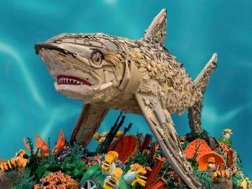 Tiburón hecho de residuos plásticos del mar por la ogranización Washed Ashore