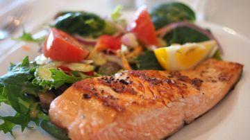 Plato de salmón y verduras