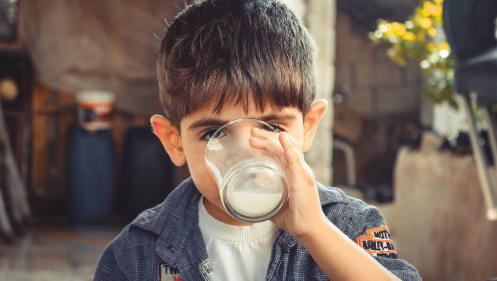 Niño bebiéndose un vaso de leche