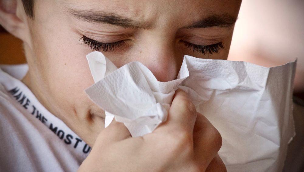 Niño sonándose la nariz