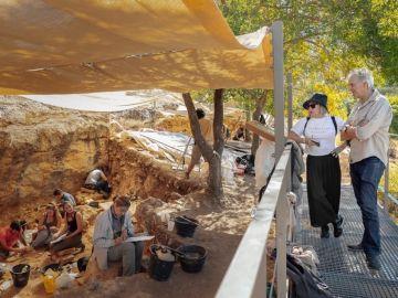 Carmen Calvo y Juan Luis Arsuaga, en las excavaciones de los yacimientos del Valle de los Neandertales