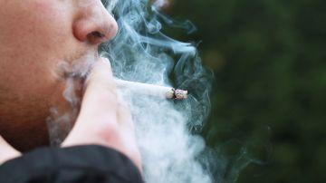 Chico fumando