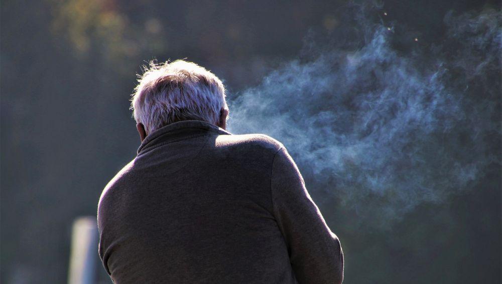 Hombre mayor fumando