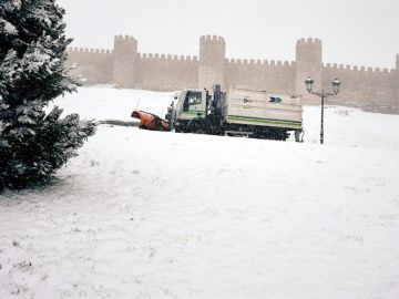 Una máquina quitanieves retira la nieve junto a la muralla de Ávila