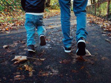 Un niño paseando junto a su padre