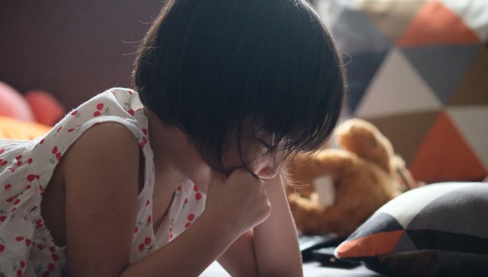 Una niña usando un móvil