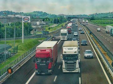 Camiones circulando por autopista