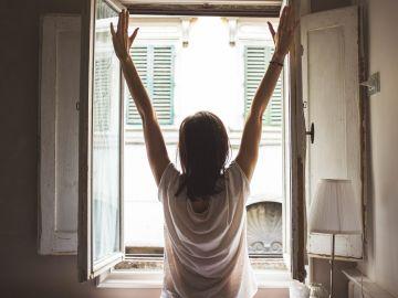 Una persona asomada a la ventana