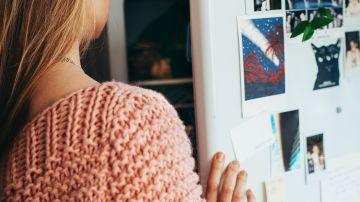 Mujer abriendo una nevera