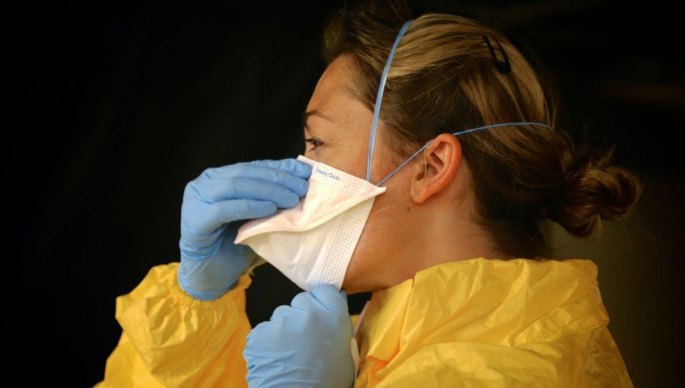 Imagen de archivo de una enfermera poniéndose la mascarilla