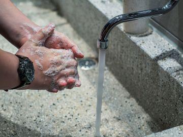 Lavarse las manos con frecuencia ayuda a protegerse contra la infección por Covid-19