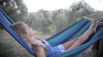 Mujer durmiendo en una hamaca
