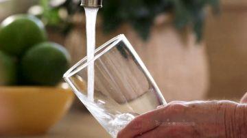Bebe agua para estar hidratado y cuidar tu salud