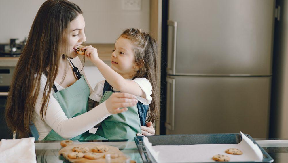Hija y madre comiendo
