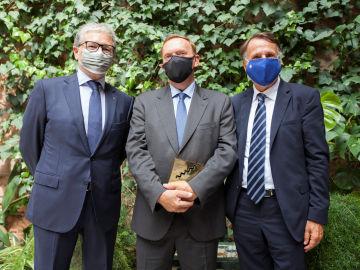 Juan Manuel Castro, vicepresidente de la Fundación AXA; Gonzalo Giner, ganador del XXV Premio de Novela Fernando Lara, y José Creuheras, presidente del Grupo Planeta