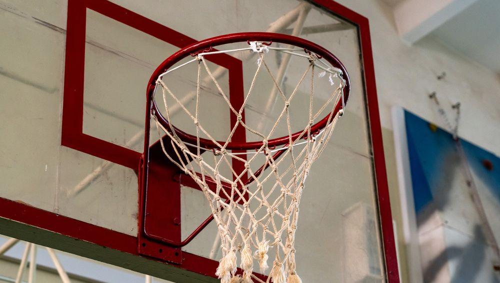 Canasta baloncesto en un colegio