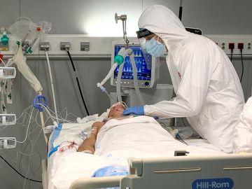 Empelados sanitarios realizan la primera intervención quirúrgica en el Hospital público Enfermera Isabel Zendal a una paciente con coronavirus ingresada en la UCI