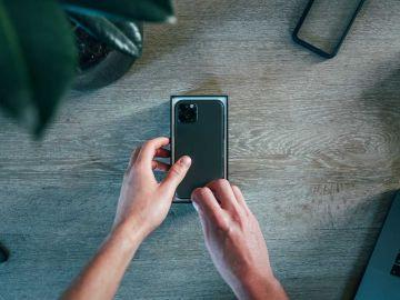 Sacando el móvil de su caja