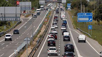 Vista del tráfico en la carretera de Burgos a la altura de la localidad madrileña de San Agustín de Guadalix este viernes.