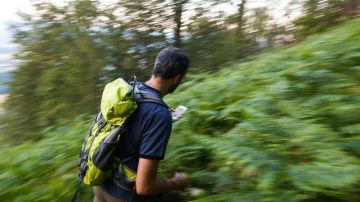 Excursionista perdido en la montaña con móvil