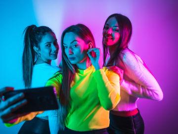 Tres chicas jóvenes haciendo un selfie