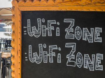 Un letrero anuncia wifi gratis en una terraza