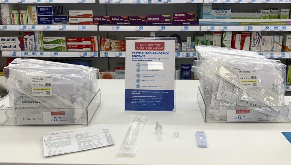 Kits de auto test nasal de antígenos del fabricante SD Biosensor en una farmacia en Lisboa