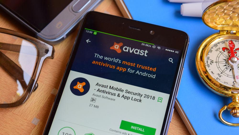 Un móvil muestra la página de descarga de un popular antivirus