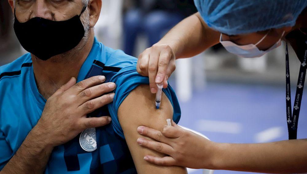 Un hombre recibe una dosis de la vacuna contra el coronavirus