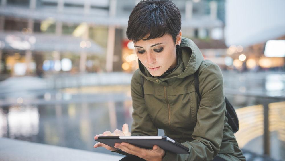 Un mujer lee un e-book.