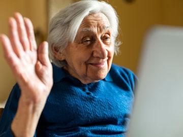 Mujer mayor haciendo una videollamada
