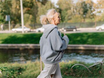 Mujer realizando actividad física al aire libre