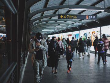 Gente caminando con mascarilla