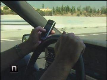 Los conductores siguen hablando por el móvil